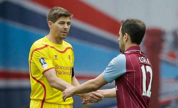 Aston Villan Joe Cole kohtaa Arsenalin FA-cupin finaalissa. Liverpoolin Steven Gerrard katselee synttäripäivänään cupfinaalin telkkarista.