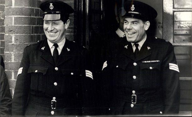 Kaksi Robertsin pidätyksessä mukana ollutta konstaapelia oli vähintäänkin tyytyväisiä ihmisjahdin päätyttyä.