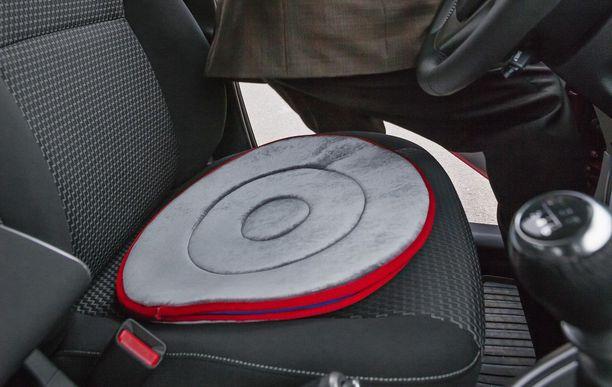 Kääntyvä istuinlevy helpottaa auton istumista.