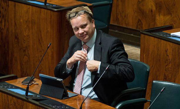 Keskustan kansanedustaja Antti Kaikkonen on ilmoittanut, että hänen oikeudentajuunsa ei mahdu, että työttömiä rangaistaan, jos töitä ei ole.