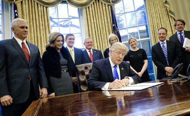 Donald Trumpin hallinto pyrkii kumoamaan liittovaltion tuomarin päätöksen, joka jäädytti Trumpin asettaman maahantulokiellon.