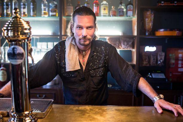 Kai Vaine näyttelee sarjassa baarimikkoa, joka joutuu mukaan kolmikon tempauksiin.