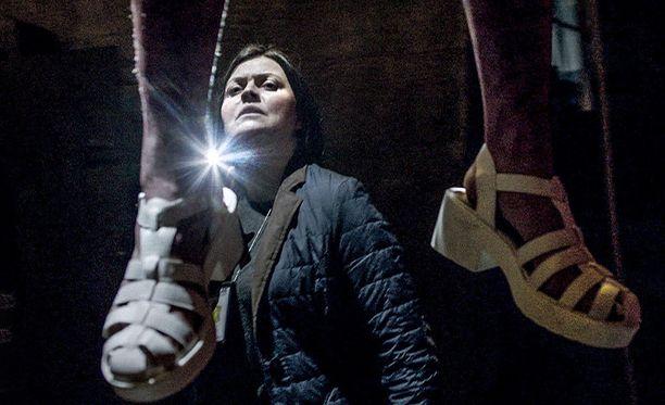 Steinunn Olina Thorsteinsdottir esittää Gabríelaa, joka ei usko itsemurhateoriaan.