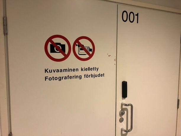 Kampin ampumista käsitellään Helsingin käräjäoikeuden turvasalissa, jossa kuvaaminen on kielletty.