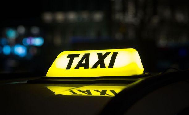 """""""Taksin katolla vilkkuu yön ainoa valopilkku"""", laulaa Tuomari Nurmio tunnetussa laulussaan. Vaan ei välttämättä vilku enää. Uuden taksilain myötä moni asia kyytibisneksessä, vapautui. Keltaista kupua ei enää ole pakko käyttää."""