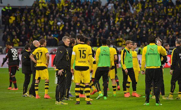 Dortmundin ja Leverkusenin pelaajat miettivät, mitä nyt eteen, kun erotuomari jätti heidät kentälle.