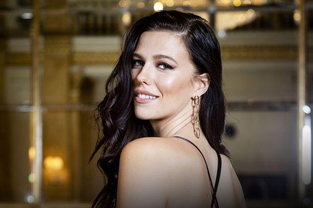 Mallintyöt ovat vieneet Miss Suomi Viivi Altosta ulkomailla erikoisiin tilanteisiin. Yksi erikoisimmista oli päätyä tekemään Intiassa Bollywood-elokuvaa.