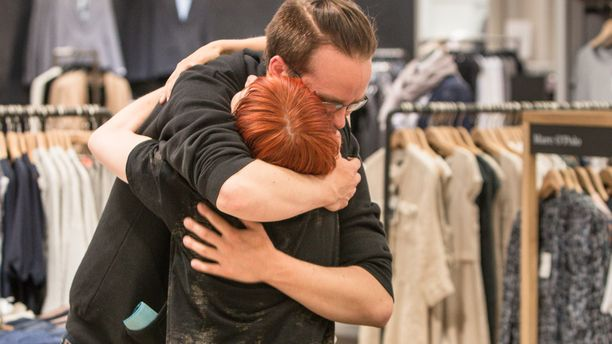 Lämmin ja pitkä halaus kertoo kaiken: yllätys oli mieluinen.