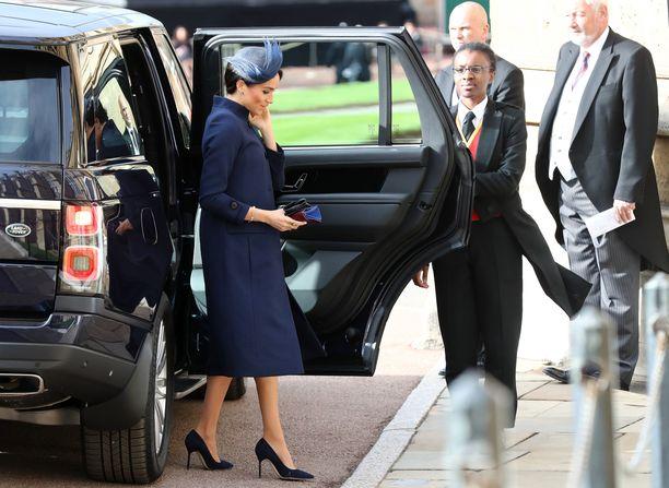 Sussexin herttuatar Meghan saapumassa juhlapaikalle.