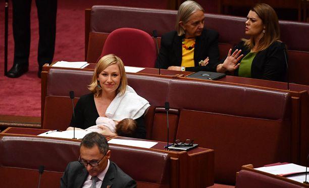 Imettäminen on parlamentin sääntöjen mukaan sallittu, mutta Larissa Watersista tuli ensimmäinen australialaskansanedustaja, joka käytti hyväkseen tätä oikeutta.