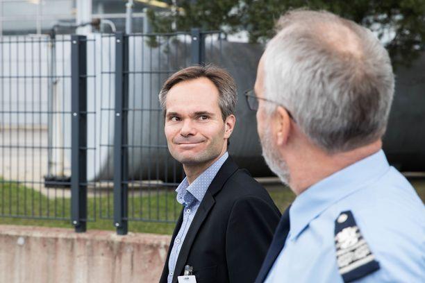 Sisäministeri Kai Mykkänen vieraili elokuussa poliisiammattikorkeakoululla Tampereella. Paikkoja esitteli rehtori Kimmo Himberg.