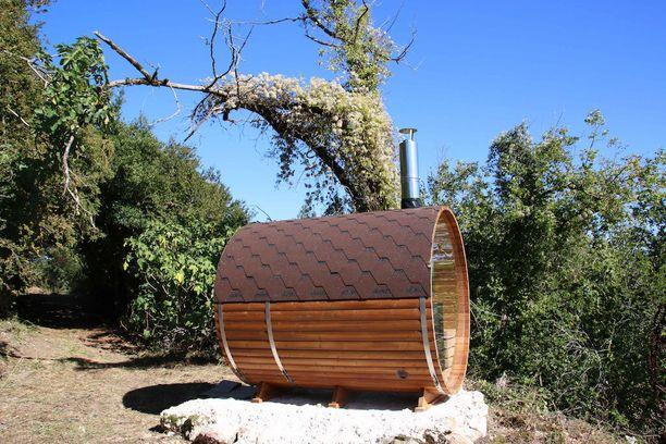 Matkailijat pääsevät nyt tynnyrisaunan löylyihin. Happy Hamletiiin on kuitenkin tarkoitus rakentaa aito, suomalainen sauna.