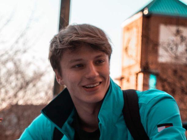 Johanna Mäkinen-Maxwellin Antti poika arkistokuvassa. Hän on niin sanottu Freshman eli ensimmäinen vuosi yliopistossa takana.