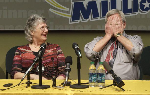Voittoisa aviopari oli lotto-onneensa luonnollisesti varsin tyytyväinen.