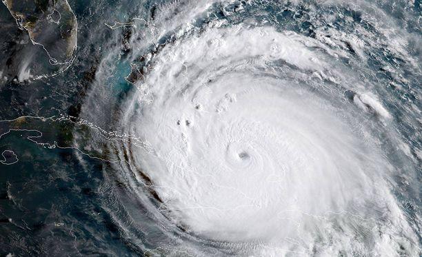 Irman odotetaan iskevän Floridaan sunnuntaina aamulla.
