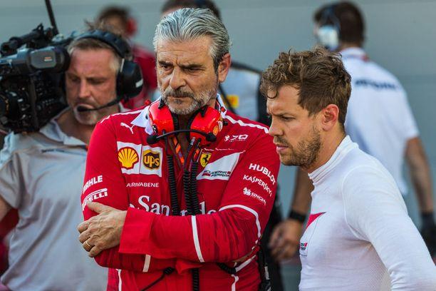 Sebastian Vettel (oik.) piti vahvan puolustuspuheenvuoron Maurizio Arrivabenelle.