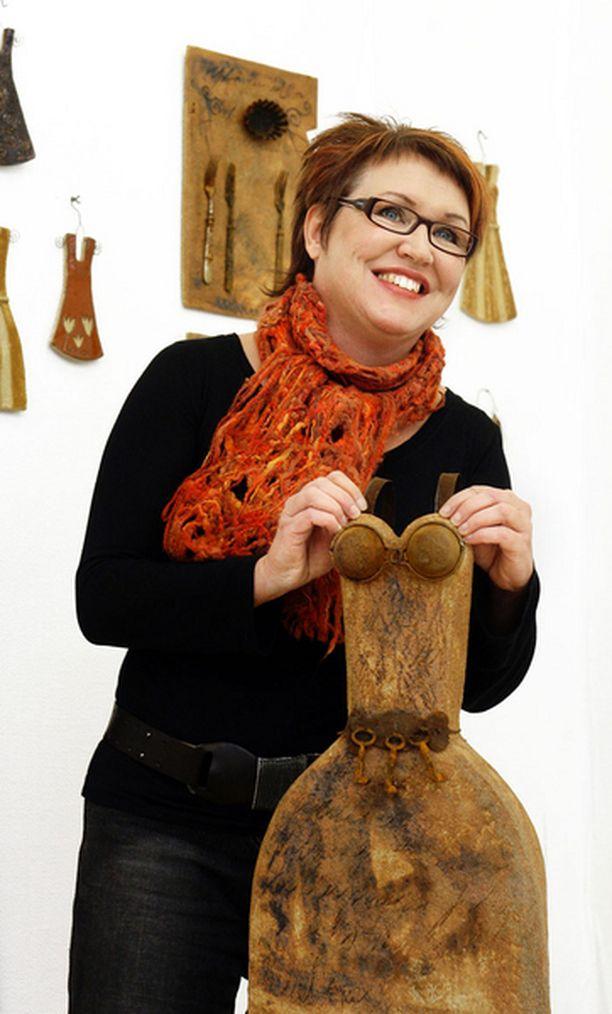 Näyttelyt ovat merkittävä osa Kirsi Backmanin taiteilijatoimintaa, koska ne pakottavat uudistumaan ja laittamaan itsensä likoon. Hän on osallistunut yli 50 yhteisnäyttelyyn ja yli 20 yksityisnäyttelyyn.