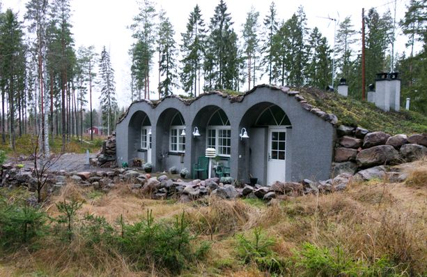 Porin Niittymaalla sijaitsevan talon myynti-ilmoitus on herättänyt runsaasti huomiota holvirakenteidensa ja viherkattonsa ansiosta. Erikoisuudella on myös hintansa: 395 000 euroa.
