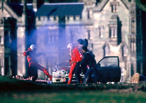 Nämä kuvat marraskuulta 1998 eivät unohdu. Kartanlukija Luis Moya potkii Toyota Corollaa, joka hyytyi muutama sata metriä ennen kauden viimeisen ek:n maalia. Carlos Sainzin päässä kiehuu, mutta hän ei antanut tunteidensa näkyä ulospäin.