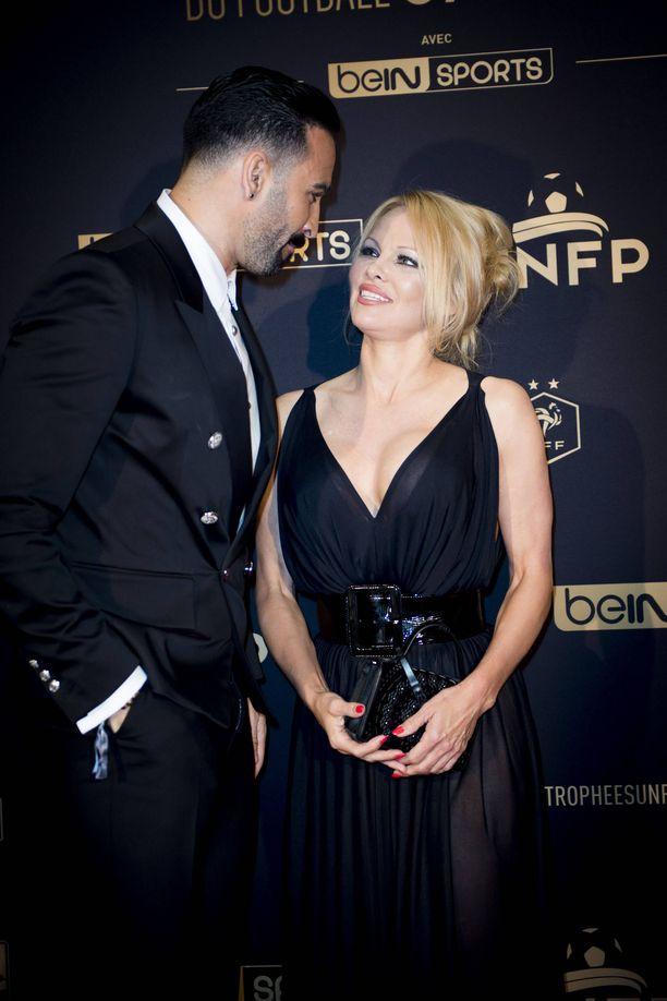 Pamela Anderson ja Adil Rami ovat parin viime vuoden aikana olleet tuttu näky punaisella matolla.