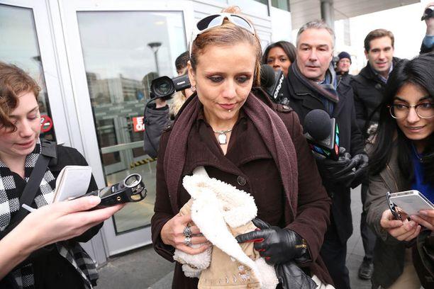 Apinan ex-omistaja Yasmin Nakhuda apinan kuuluisan takin kanssa  oikeusistunnon jälkeen. fe3c3dd783