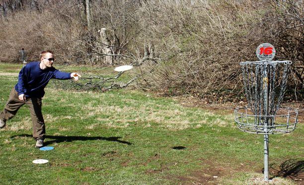 """Frisbeegolfissa tehdään """"koreja"""" luonnon helmassa."""
