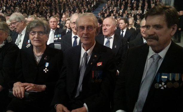 Veteraani Veikko Parkkonen (kesk.) saapui veteraanipäivän juhlaan poikansa Heikki Parkkosen ja ystävänsä Tuula Kivisen kanssa.