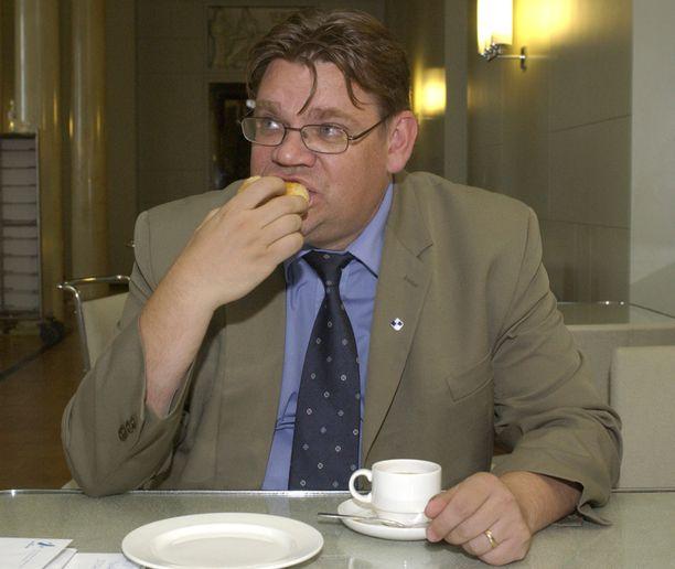 Tuore kansanedustaja tutustui eduskunnan kahvilatarjoiluihin huhtikuussa 2003.