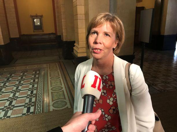 """Perinteinen hallituspuolue RKP jäi viime kaudella oppositioon, mutta nyt on jälleen nousemassa hallitukseen. """"Tuntuu oikein hyvältä olla taas näissä merkeissä"""", Anna-Maja Henriksson kommentoi Säätytalolla."""