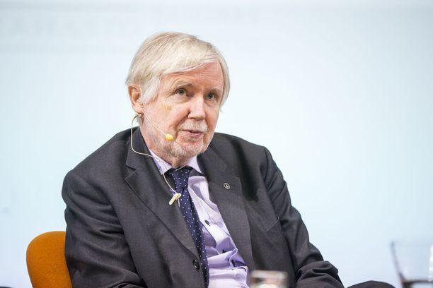SDP:n kansanedustaja, entinen ulkoministeri Erkki Tuomioja syyttää puolustusministeri Jussi Niinistöä (sin) sooloilusta.