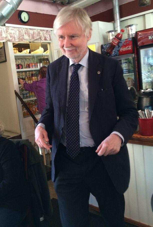 Ulkoministeri Erkki Tuomioja piti tiistaina vaalitilaisuuden Cafe & Eepos -nimisessä kahvilassa Helsingin Töölössä. Tuomioja ei ollut halukas kommentoimaan brittilehtien väitteitä.