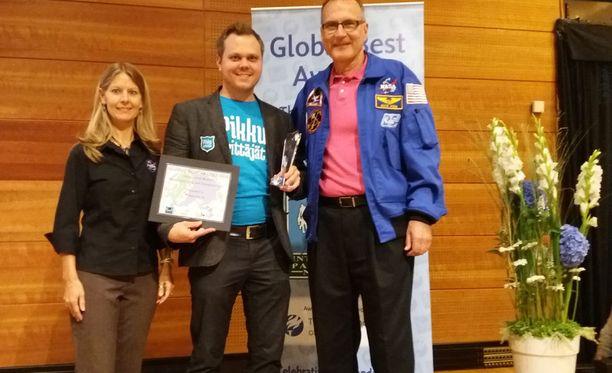 Astronautti Rick Hieb palkitsi Pikkuyrittäjät-yrittäjyyskasvatusohjelman.