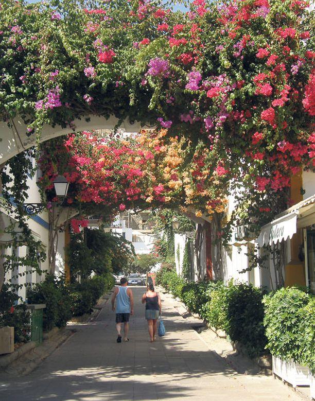 Viikon lomaan mahtuu sekä laiskaa turistikävelyä lomakohteessa että reipasta patikointia. Kuva Puerto de Moganista.