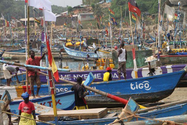 Kalastajia Ghanan rannikolla.
