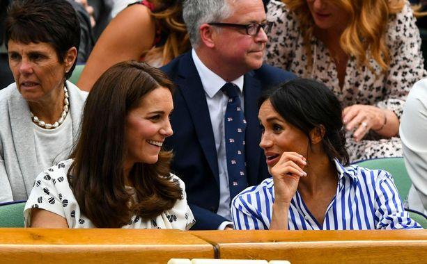 Herttuattaret Catherine ja Meghan nauttivat selvästi toistensa seurasta - naurunkiherryksestä päätellen.