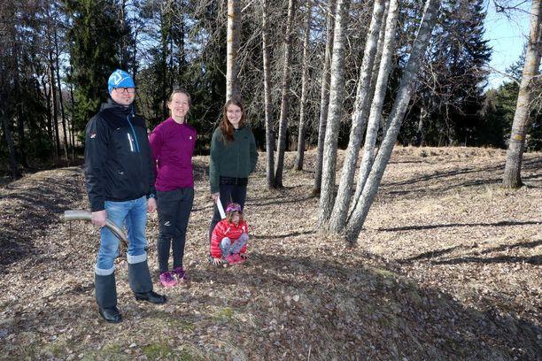 Liiinmaan perinneyhdistyksen sihteeri Janne Salonen, Suvi Salonen, puheenjohtaja Hanna Elo sekä tytär Tuulikki historiallisilla sijoilla, joilla vahdittiin Ruotsin kuningaskunnan turvallisuutta runsaat 600 vuotta sitten.