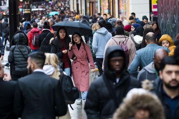 Brittien jouluostokset siirtyvät suurelta osin nettiin kauppiaiden harmiksi.