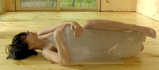Lady Gaga ja suurikokoinen jääpala.