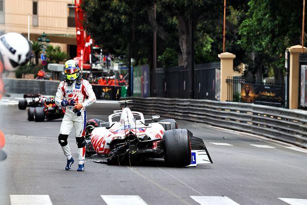 Mick Schumacher ajoi seinään vapaissa harjoituksissa.