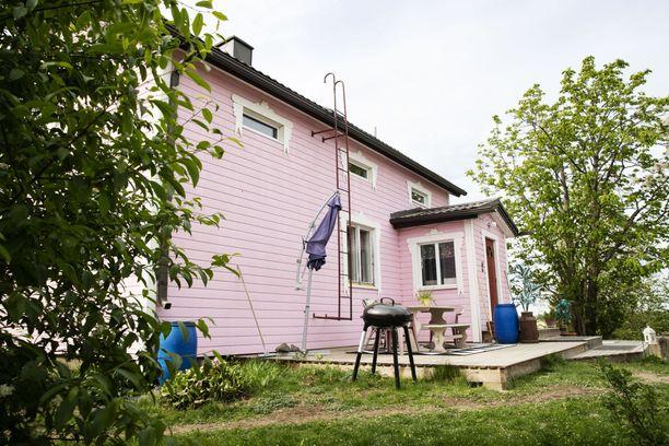 Kuvassa Vesilahden kohutalo. Tämä väri ei sopinut alueelle valtuuston vuonna 2006 hyväksymän asemakaavan mukaan.