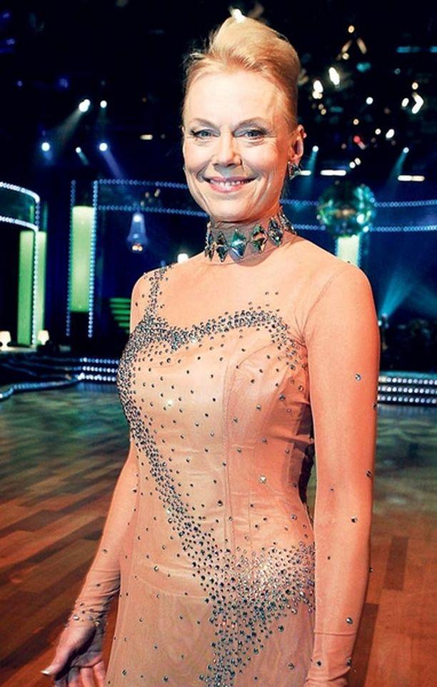 LAIHDUTUSKUURILLA – Let's Dance -kroppani on kadonnut aikapäiviä sitten! Pitää taas laihtua, Ruotsin huippusuosittuun yhteislauluohjelmaan kutsun saanut Arja Saijonmaa nauraa.