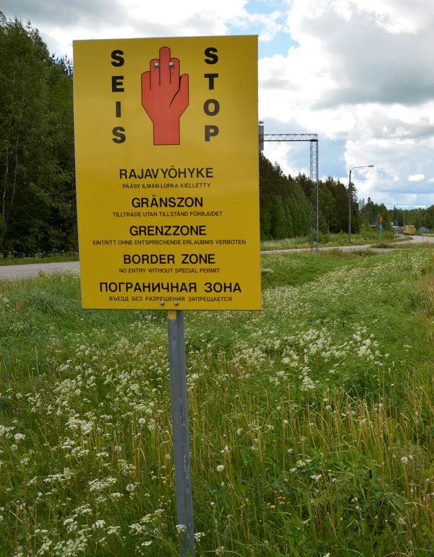 Rajavyöyhyke-kyltti Parikkalassa. Arkistokuva.