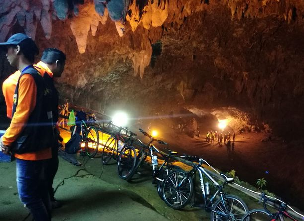 Nuorten polkupyörät olivat parkissa luolan sisäänkäynnillä. Paikalta löydettiin myös reppuja ja jalkapallokenkiä.