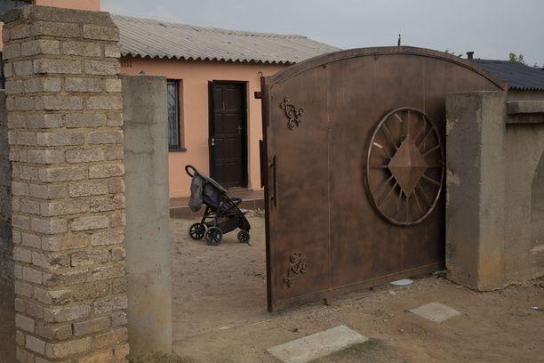Gosiame Sitholen kotitalon edessä on lastenrattaat. Hän oli keksinyt tarinan kymmenestä lapsesta.