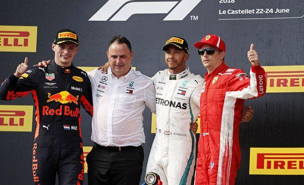 Seremonioiden jälkeisessä yhteiskuvassa Räikkösen Pirelli-lippis olikin jo vaihtunut Ferrari-lippikseen.