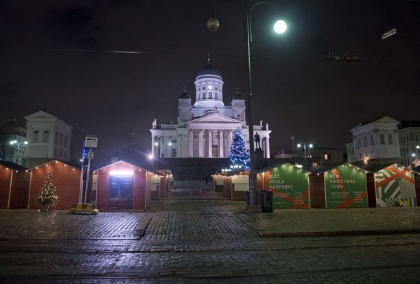 Senaatintori oli lumeton vielä muutamaa vuorokautta ennen joulua vuonna 2013.