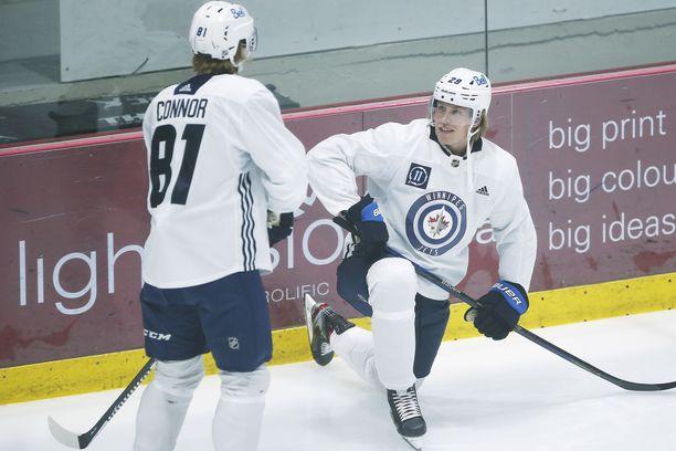 Winnipeg Jetsin Kyle Connor (81) ja Patrik Laine valmistautuivat kohtaamaan ensi yönä Calgary Flamesin.