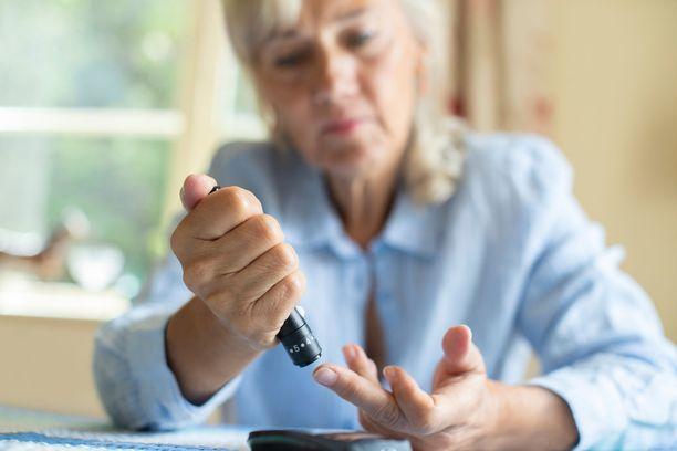 Ylilääkärin mukaan diabeteksesta on parantunut silloin, kun laboratoriossa mitatut verensokeriarvot ja niin kutsuttu pitkäaikaisverensokeri, HbA1c-arvo, laskevat normaaleiksi, vaikka potilas ei käytä lääkkeitä.