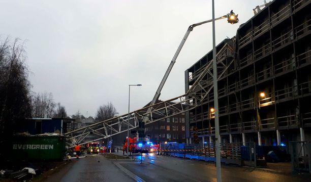 Nosturi vaurioitti kaatuessaan rakenteilla olevaa taloa ja työmaaparakkia. Putoaminen tapahtui 40 metrin korkeudesta.