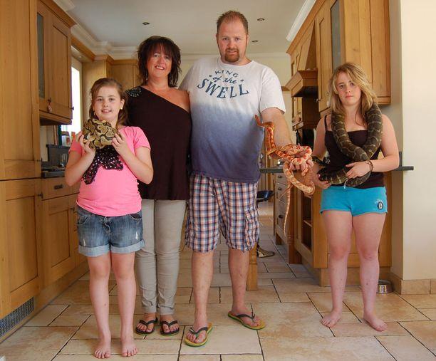 Matt ja tyttäret ovat innoissaan matelijoista, perheen äiti ei niinkään.